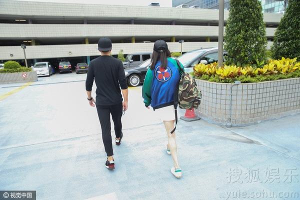 Vợ chồng Dương Mịch tay trong tay về thăm con gái 1
