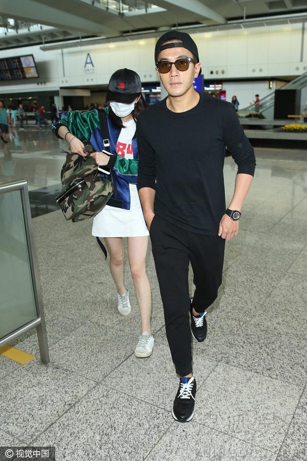 Vợ chồng Dương Mịch tay trong tay về thăm con gái 5
