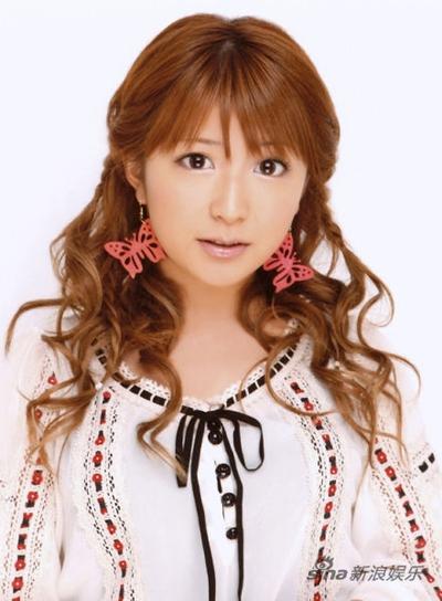 Theo trang Josei Seven, nữ diễn viên Yaguchi Mari đưa người mẫu Kenzo Umeda về nhà nhân lúc chồng đi vắng. Tuy nhiên người chồng bất ngờ trở về và bắt quả tang vợ ngoại tình. Sau đó hai vợ chồng ly hôn. Trả lời phỏng vấn trong một chương trình truyền hình mới đây, Mari cho biết hiện cô sống cùng Kenzo Umeda. Cô ít cơ hội tham gia hoạt động giải trí trong khi công việc của Umeda không ổn định, vì thế hai người phải chi tiêu dè sẻn. Tuy vậy cô hài lòng với cuộc sống của mình.