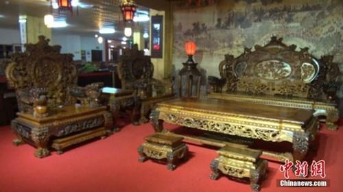 Choáng với bộ bàn ghế gỗ cẩm lai vàng giá gần 700 tỉ đồng - ảnh 2
