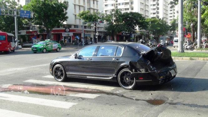 Dừng đèn đỏ, xế sang Bentley bị container tông biến dạng