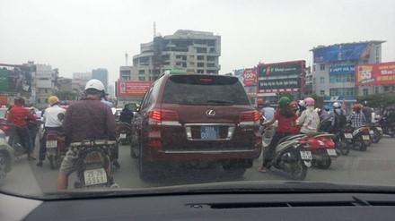 Xe Lexus 570 biển xanh 80A này được xác định là của một DN tư nhân kinh doanh khách sạn tại Hà Nội.