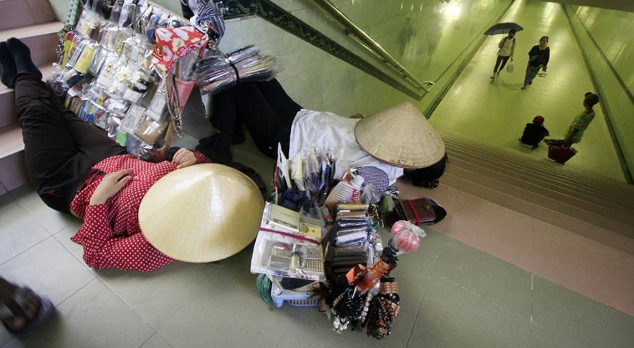 Hầm đường bộ trên một trục đường lớn ở quận Thanh Xuân trở thành điểm nghỉ trưa lý tưởng cho những người bán hàng rong.