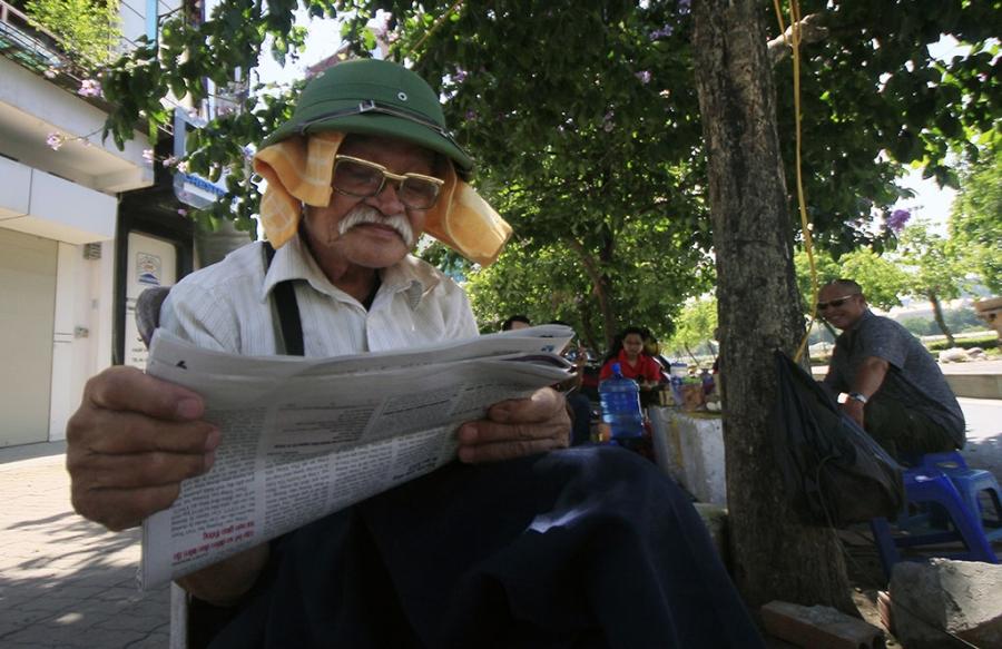 Ông Thành (80 tuổi, ở Thanh Xuân) giải nhiệt bằng khăn ướt trên đầu.