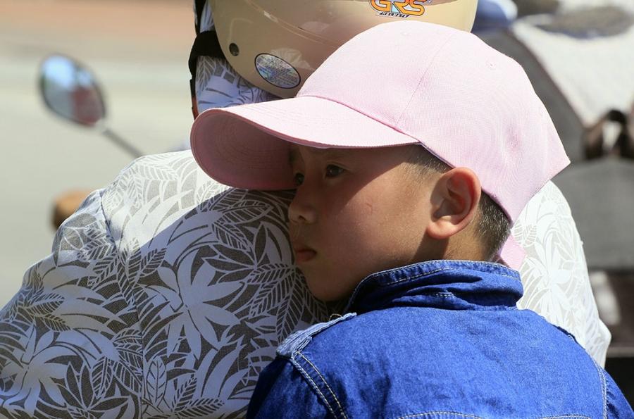 Trên đường, đối tượng dễ bị tác động bởi thời tiết nắng nóng nhất là trẻ nhỏ.