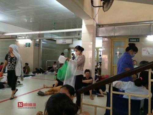 Hàng trăm bệnh nhân nằm vạ vật tránh nắng nóng ở BV lớn nhất Thủ đô - Ảnh 1