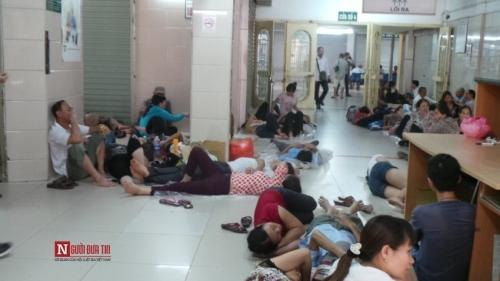 Hàng trăm bệnh nhân nằm vạ vật tránh nắng nóng ở BV lớn nhất Thủ đô - Ảnh 2