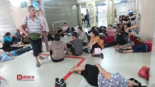 Hàng trăm bệnh nhân nằm vạ vật tránh nắng nóng ở BV lớn nhất Thủ đô - Ảnh 3