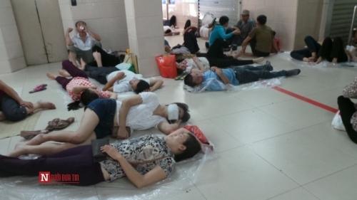 Hàng trăm bệnh nhân nằm vạ vật tránh nắng nóng ở BV lớn nhất Thủ đô - Ảnh 4