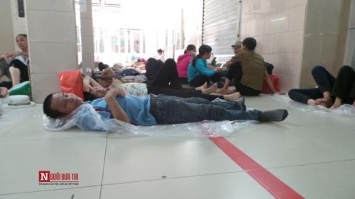 Hàng trăm bệnh nhân nằm vạ vật tránh nắng nóng ở BV lớn nhất Thủ đô - Ảnh 6
