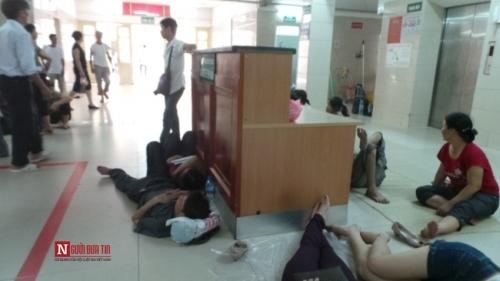 Hàng trăm bệnh nhân nằm vạ vật tránh nắng nóng ở BV lớn nhất Thủ đô - Ảnh 7