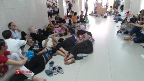 Hàng trăm bệnh nhân nằm vạ vật tránh nắng nóng ở BV lớn nhất Thủ đô - Ảnh 8