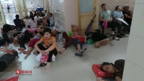 Hàng trăm bệnh nhân nằm vạ vật tránh nắng nóng ở BV lớn nhất Thủ đô - Ảnh 9