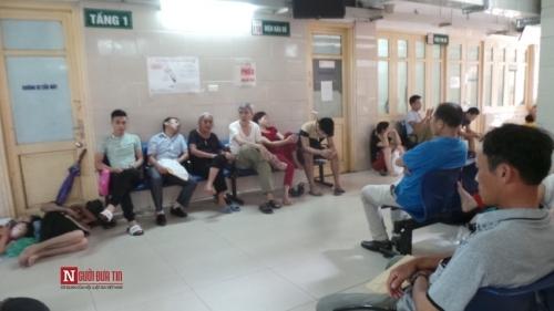 Hàng trăm bệnh nhân nằm vạ vật tránh nắng nóng ở BV lớn nhất Thủ đô - Ảnh 10