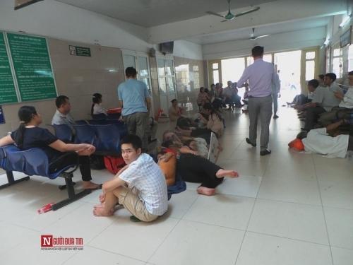 Hàng trăm bệnh nhân nằm vạ vật tránh nắng nóng ở BV lớn nhất Thủ đô - Ảnh 11