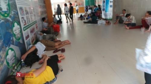 Hàng trăm bệnh nhân nằm vạ vật tránh nắng nóng ở BV lớn nhất Thủ đô - Ảnh 12