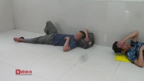 Hàng trăm bệnh nhân nằm vạ vật tránh nắng nóng ở BV lớn nhất Thủ đô - Ảnh 13