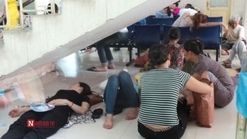 Hàng trăm bệnh nhân nằm vạ vật tránh nắng nóng ở BV lớn nhất Thủ đô - Ảnh 14