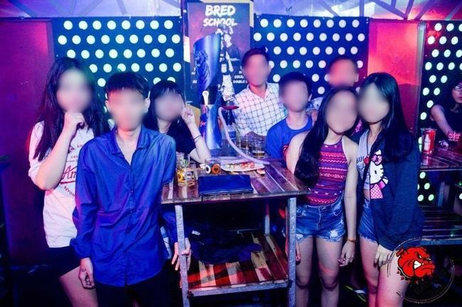 Chùm ảnh học sinh cấp 1,2 trong bar: Các em xin vào bar chụp ảnh, lấy shisha thừa của người khác để check-in!? - Ảnh 1.
