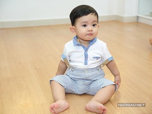 khanh-thi-phan-hien-hanh-phuc-vui-dua-ben-con-trai-6