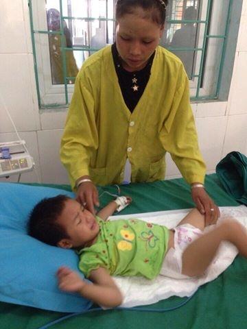 Bé Triệu Thị Hương đang được mẹ chăm sóc khi điều trị ở Bệnh viện đa khoa Hà Giang. Ảnh: Thanh Hùng