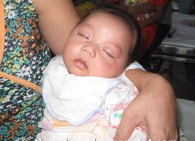 Một em bé không may bị nhiễm độc chì.