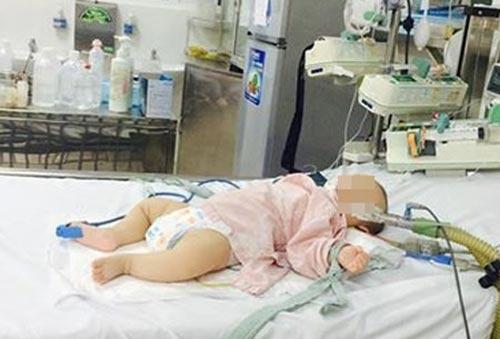 Em bé bị nhiễm độc chì được cấp cứu tại Bệnh viện Bạch Mai.