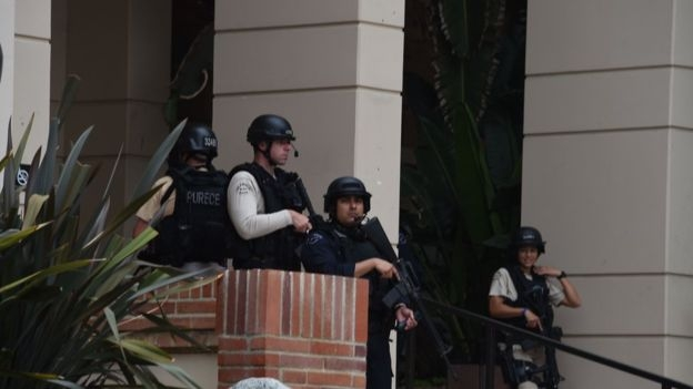 Toàn bộ khuôn viên trường đại học California bị phong tỏa (Ảnh: AFP)