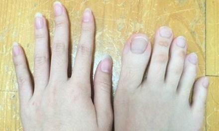 Ngón chân của cô gái khá dài.