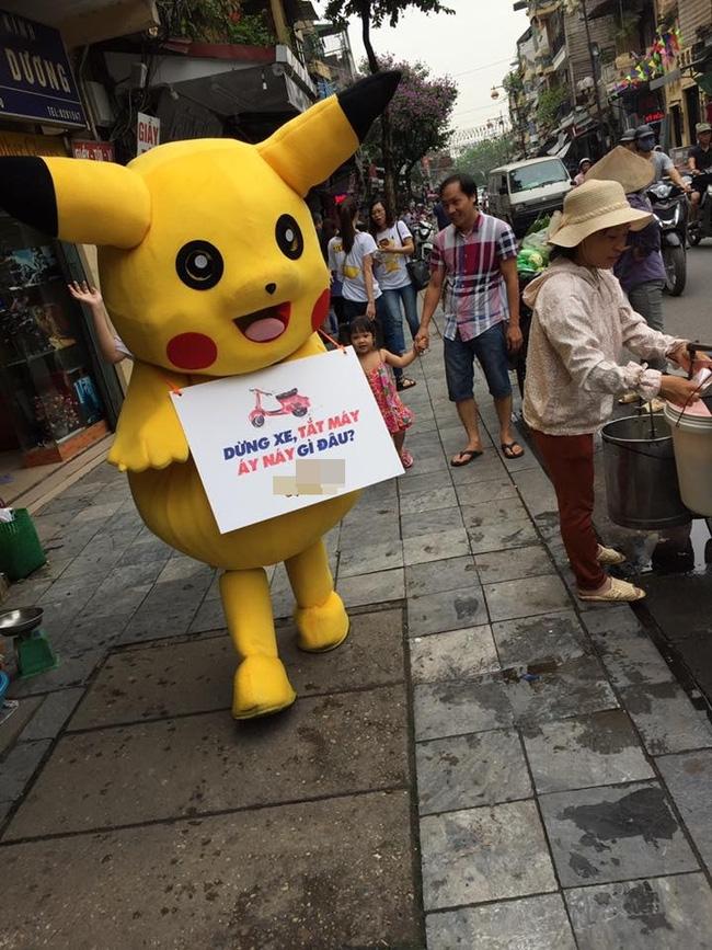 Thanh niên mặc đồ Pikachu giơ bảng dừng xe tắt máy khi đèn đỏ, bị tông ngã dúi dụi - Ảnh 3.