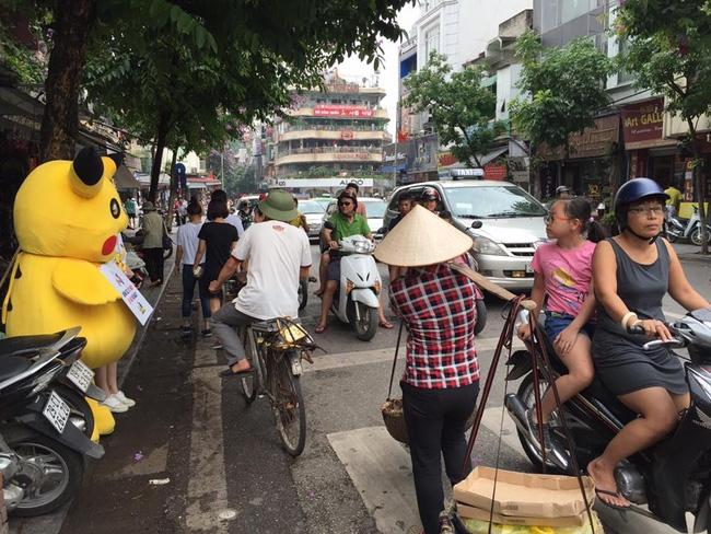 Thanh niên mặc đồ Pikachu giơ bảng dừng xe tắt máy khi đèn đỏ, bị tông ngã dúi dụi - Ảnh 5.