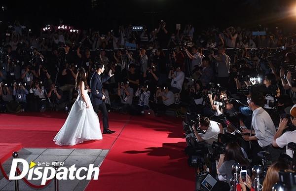 Cặp đôi Song - Song nắm tay tình tứ, Suzy khoe vòng 1 đẫy đà trên thảm đỏ Baeksang 2016 - Ảnh 2.