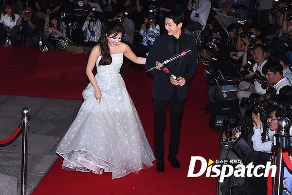 Cặp đôi Song - Song nắm tay tình tứ, Suzy khoe vòng 1 đẫy đà trên thảm đỏ Baeksang 2016 - Ảnh 3.