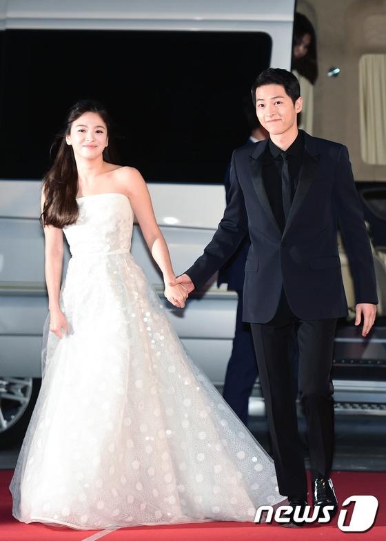 Cặp đôi Song - Song nắm tay tình tứ, Suzy khoe vòng 1 đẫy đà trên thảm đỏ Baeksang 2016 - Ảnh 4.