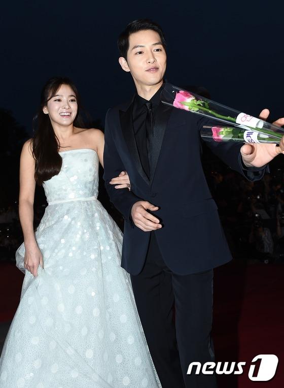 Cặp đôi Song - Song nắm tay tình tứ, Suzy khoe vòng 1 đẫy đà trên thảm đỏ Baeksang 2016 - Ảnh 6.