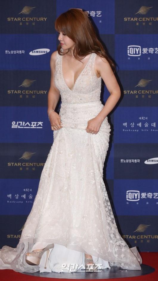 Cặp đôi Song - Song nắm tay tình tứ, Suzy khoe vòng 1 đẫy đà trên thảm đỏ Baeksang 2016 - Ảnh 21.