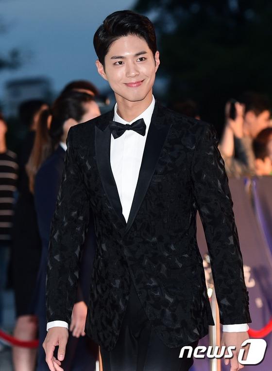 Cặp đôi Song - Song nắm tay tình tứ, Suzy khoe vòng 1 đẫy đà trên thảm đỏ Baeksang 2016 - Ảnh 25.