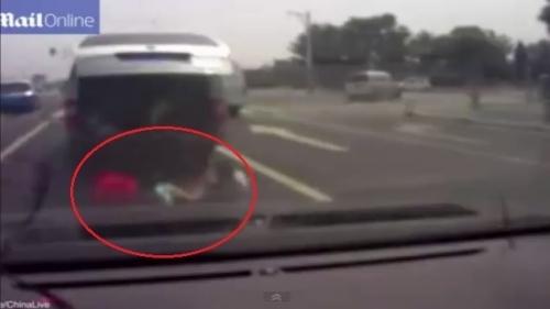 Video: Thót tim cảnh 3 đứa trẻ rơi khỏi cốp xe, ngã lăn xuống đường - Ảnh 1
