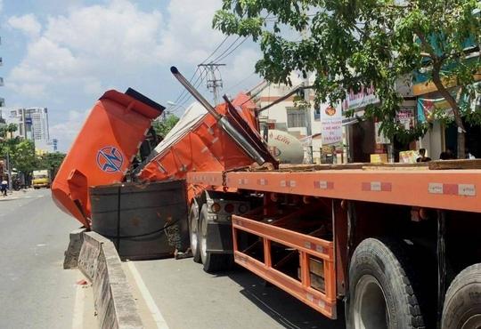Cuộn thép nặng hàng chục tấn may mắn được dải phân cách chặn lại sau khi rơi xuống đường