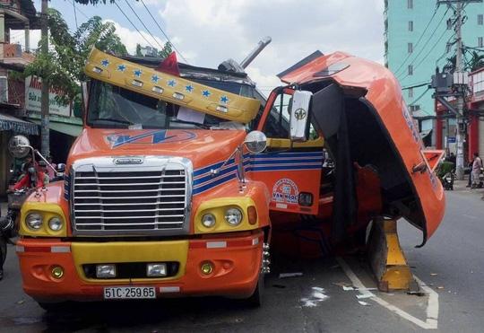 Cabin xe container bị xé toạc sau vụ va chạm