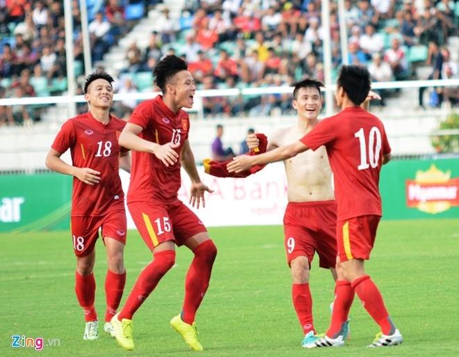 HLV Huu Thang dat tay len trai tim cam on CDV Viet o Myanmar hinh anh 2