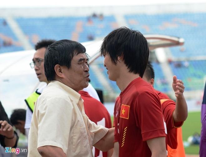 HLV Huu Thang dat tay len trai tim cam on CDV Viet o Myanmar hinh anh 5