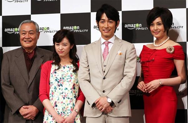 Hoa hậu NhậtNorikia Fujiwara (váy đỏ, ngoài cùng bên phải) rạng rỡ buổi ra mắt phim mới.