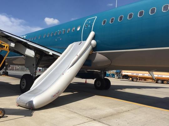 Cầu phao cứu sinh (slide raft) của chiếc máy bay A321 bung ra hoàn toàn xuống sân đậu máy bay ở Tân Sơn Nhất sáng 2-6 - Ảnh: CTV