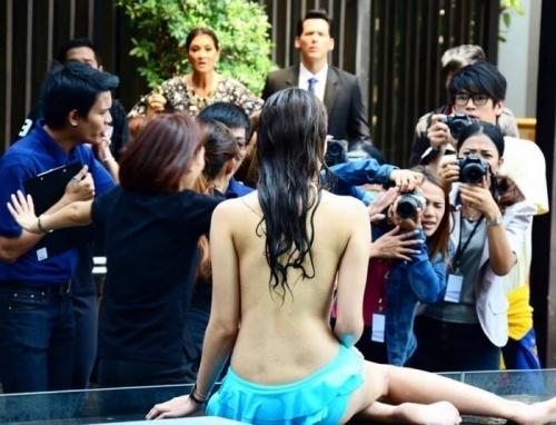 Thí sinh Hoa hậu Thái cho phóng viên khám ngực ngay tại họp báo - Ảnh 1
