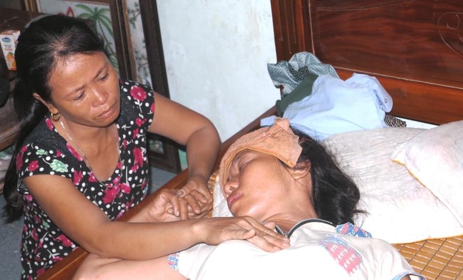 Trước nỗi đau quá lớn, chị Phùng Thị Thuận (SN 1974, vợ anh Lợi), cứ ú ớ gọi tên chồng trong nỗi đau không nói nên lời.
