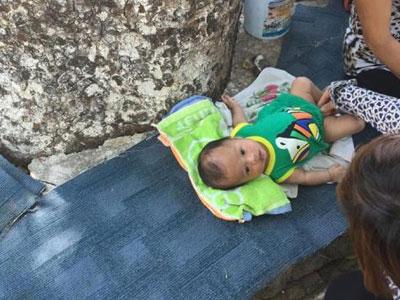 Bé trai 3 tháng tuổi nằm vạ vật ở gốc cây bên bờ hồ Thiền Quang