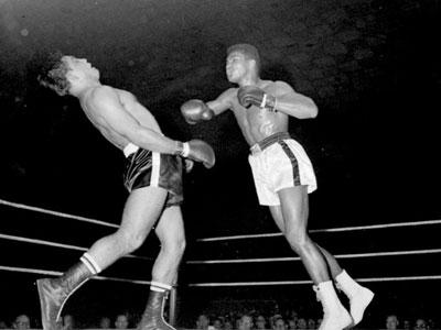 Huyền thoại quyền anh Muhammad Ali giã từ thế giới ở tuổi 74