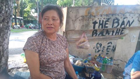 Bà Dung bán trà đá khu vực Hồ Thiền Quang.
