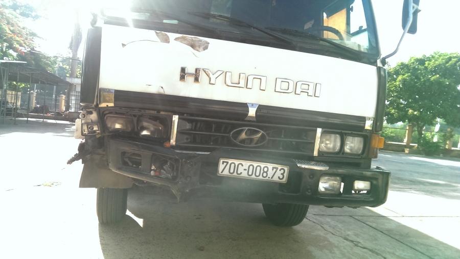 Bị xe tải kéo lê hơn 600 m, người bán trái cây tử nạn - ảnh 1